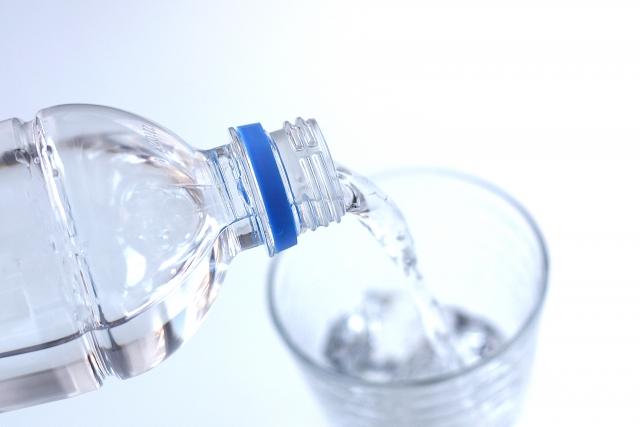 お茶・ジュース・コーラ・酒など水以外で薬を飲むリスクを薬剤師が解説